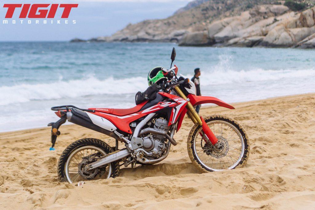在海滩上的摩托车